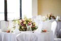 Ajuste hermoso de la tabla con loza y flores para el partido, la recepción nupcial o el otro evento festivo imagen de archivo libre de regalías