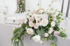 Ajuste hermoso de la tabla con loza y flores para el partido, la recepción nupcial o el otro evento festivo Cristalería y imagenes de archivo