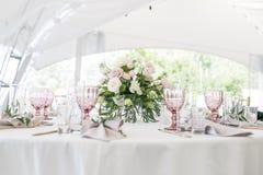 Ajuste hermoso de la tabla con loza y flores para el partido, la recepción nupcial o el otro evento festivo Cristalería y fotografía de archivo libre de regalías