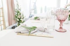 Ajuste hermoso de la tabla con loza y flores para el partido, la recepción nupcial o el otro evento festivo Cristalería y imagen de archivo