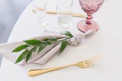 Ajuste hermoso de la tabla con loza y flores para el partido, la recepción nupcial o el otro evento festivo Cristalería y fotos de archivo libres de regalías
