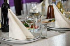 Ajuste hermoso de la tabla con loza y flores para el partido, la recepción nupcial o el otro evento festivo Cristalería y cubiert foto de archivo