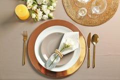 Ajuste hermoso de la tabla con platos y cubiertos fotos de archivo