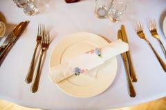 Ajuste hermoso de la tabla en el fondo blanco Espacio para el texto foto de archivo libre de regalías