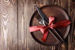 Ajuste hermoso de la tabla en la madera Imágenes de archivo libres de regalías