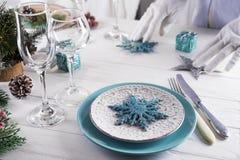 Ajuste hermoso de la tabla de la Navidad con las decoraciones Imágenes de archivo libres de regalías