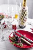 Ajuste hermoso de la tabla de la Navidad con las decoraciones Imagen de archivo libre de regalías