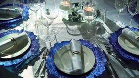 Ajuste hermoso de la tabla para la celebración de la fiesta de Navidad o del Año Nuevo en el restaurante metrajes