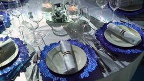 Ajuste hermoso de la tabla para la celebración de la fiesta de Navidad o del Año Nuevo en el restaurante almacen de video