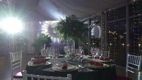 Ajuste hermoso de la tabla para la celebración de la fiesta de Navidad o del Año Nuevo en el restaurante almacen de metraje de vídeo