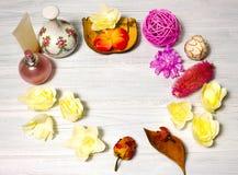 Ajuste hermoso del balneario con la vela y flores, bolas en b de madera Foto de archivo libre de regalías