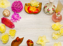 Ajuste hermoso del balneario con la vela y flores, bolas en el tablero de madera Fotos de archivo libres de regalías