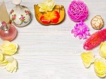 Ajuste hermoso del balneario con la vela y flores, bolas en el tablero de madera Imagen de archivo