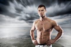 Ajuste hermoso y hombre muscular Fotos de archivo