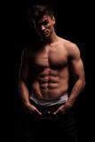 Ajuste, homem muscular, em topless com mãos em uns bolsos Foto de Stock Royalty Free