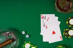 Ajuste a jogar o pôquer com cartões e microplaquetas na tabela verde, vista superior Imagens de Stock