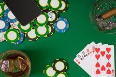 Ajuste a jogar o pôquer com cartões e microplaquetas na tabela verde, vista superior Foto de Stock Royalty Free