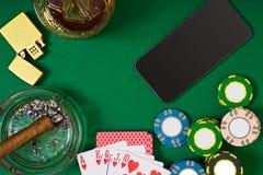 Ajuste a jogar o pôquer com cartões e microplaquetas na tabela verde, vista superior Foto de Stock