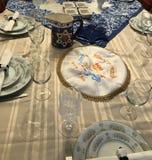 Ajuste judío tradicional de la tabla de cena de la pascua judía imagen de archivo