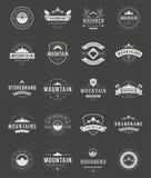 Ajuste logotipos, crachás e etiquetas das montanhas Foto de Stock Royalty Free