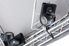 Ajuste luzes do ponto na fase exterior antes do desempenho da música imagem de stock royalty free