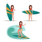 Ajuste a menina do surfista Levantando com a prancha, montando nas ondas Vec Fotografia de Stock Royalty Free