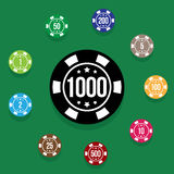 Ajuste microplaquetas de pôquer na cor verde da tabela do pôquer Ilustração do vetor Fotografia de Stock