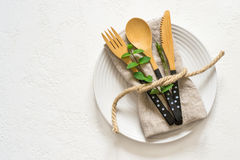 Ajuste natural da tabela com a forquilha da faca e a colher de bambu, vista superior fotografia de stock royalty free