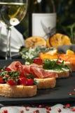 Ajuste o bruschetta com peixes, verdes e carne Foto de Stock
