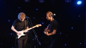 Ajuste o grupo de rock que executa na fase com os dois cantores das guitarra elétricas Punk, metal pesado ou grupo rock da vídeo  filme