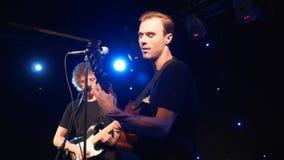 Ajuste o grupo de rock que executa na fase com os dois cantores das guitarra elétricas Punk, metal pesado ou grupo rock da vídeo  video estoque
