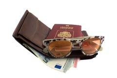 Ajuste o viajante: carteira, passaporte, vidros de sol e dinheiro Imagem de Stock