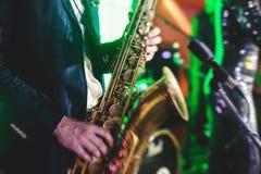 Ajuste a opinião um jogador de saxofone com o vocalista e o jaz musical fotos de stock