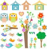 Ajuste pássaros com birdhouses, corujas, árvores e flores Imagens de Stock Royalty Free