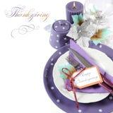 Ajuste púrpura de la tabla del tema de la acción de gracias con el texto de la muestra Foto de archivo libre de regalías