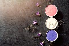 Ajuste púrpura del balneario en la tabla de piedra negra vieja Fotografía de archivo libre de regalías