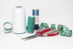 Ajuste para a costureira de aspiração Linha da cor na lona branca Fotos de Stock Royalty Free