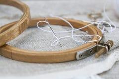 Ajuste para o bordado, a agulha do vestuário e a aro de bordado Foto de Stock Royalty Free