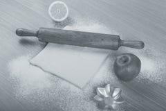 Ajuste para o cozimento home em uma tabela de madeira clara com farinha rolling Fotografia de Stock Royalty Free
