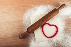 Ajuste para o cozimento home em uma tabela de madeira clara com farinha rolling Fotografia de Stock