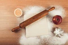 Ajuste para o cozimento home em uma tabela de madeira clara com farinha rolling Imagens de Stock Royalty Free