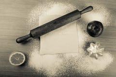 Ajuste para o cozimento home em uma tabela de madeira clara com farinha rolling Imagem de Stock