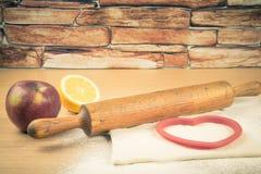 Ajuste para o cozimento home em uma tabela de madeira clara com farinha rolling Foto de Stock Royalty Free