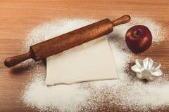 Ajuste para o cozimento home em uma tabela de madeira clara com farinha rolling Fotos de Stock
