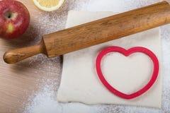 Ajuste para o cozimento home em uma tabela de madeira clara com farinha rolling Imagens de Stock