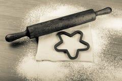 Ajuste para o cozimento home em uma tabela de madeira clara com farinha rolling Foto de Stock