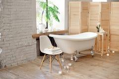 Ajuste para o procedimento dos termas perto da banheira com toalhas, velas ardentes e acessórios fotos de stock