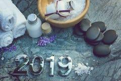 Ajuste para tratamentos dos termas em 2019 na pedra de mármore com figuras, sal de banho e toalhas e pedras pretas para a massage foto de stock
