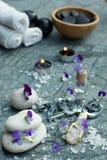 Ajuste para tratamentos dos termas em 2019 na pedra de mármore com figuras, sal de banho e toalhas e pedras pretas para a massage fotos de stock royalty free