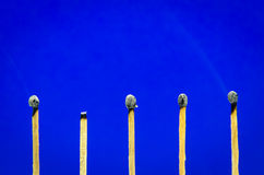 Ajuste quemado del partido en el fondo azul para las ideas y el inspiratio Imagen de archivo